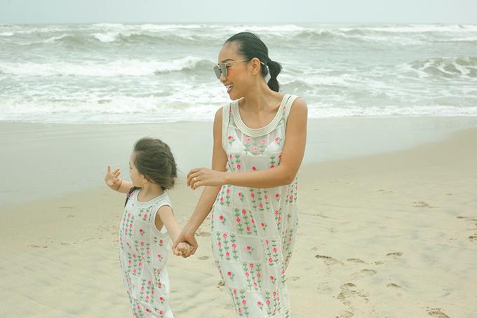 Con gái Đoan Trang mặc váy đôi với mẹ dạo biển - 5