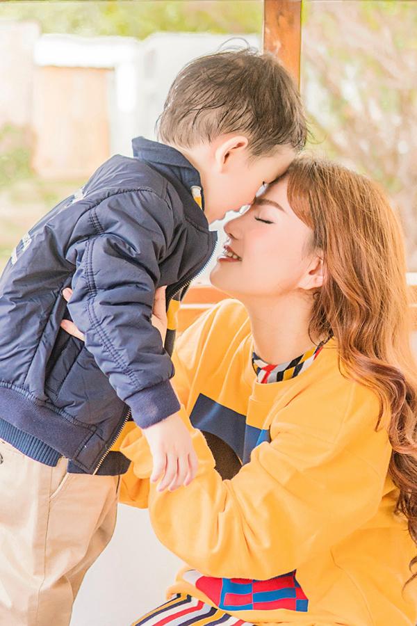 là món quà vô giá nhất của mẹ nhân dịp 8/3 con trai iu ah!Những người mẹ,những người Phụ Nữ hãy luôn yêu thương bản thân mình,trân trọng sức khỏe và luôn giữ tinh thần lạc quan để chúng ta luôn đủ mạnh mẽ sống và làm những điều tích cực và đủ kiên cường để vượt qua những thử thách của cuộc sống.Hãy làm và bắt tay để làm cho cuộc sống của chúng ta vui vẻ,tốt đẹp và ý nghĩa hơn nha