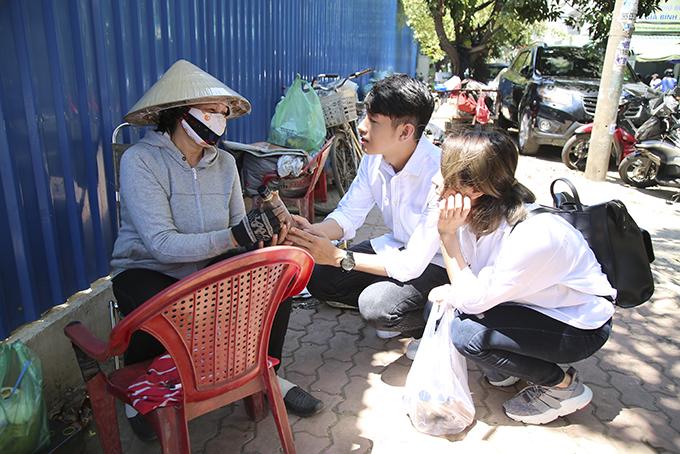 Quang Đăng, Thái Trinh chở nhau bằng xe máy đi tặng quà 8/3 cho phụ nữ nghèo - 6