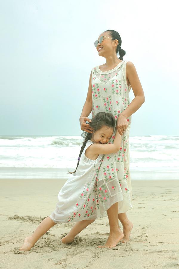 Con gái Đoan Trang mặc váy đôi với mẹ dạo biển - 6