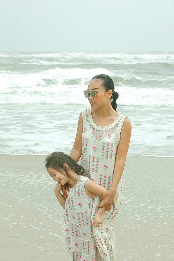 Con gái Đoan Trang mặc váy đôi với mẹ dạo biển - 7
