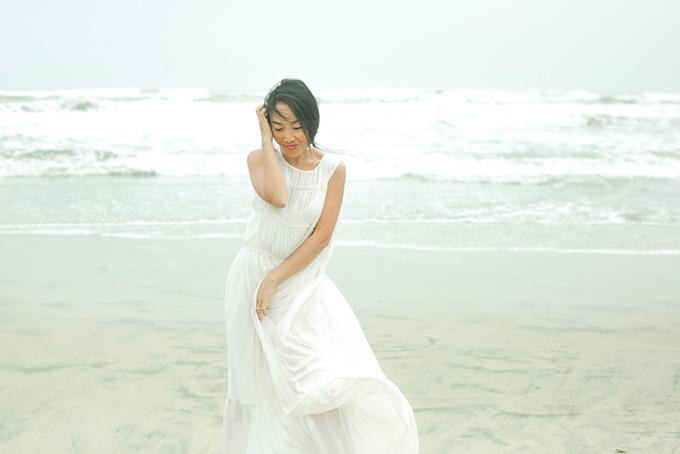 Con gái Đoan Trang mặc váy đôi với mẹ dạo biển - 8