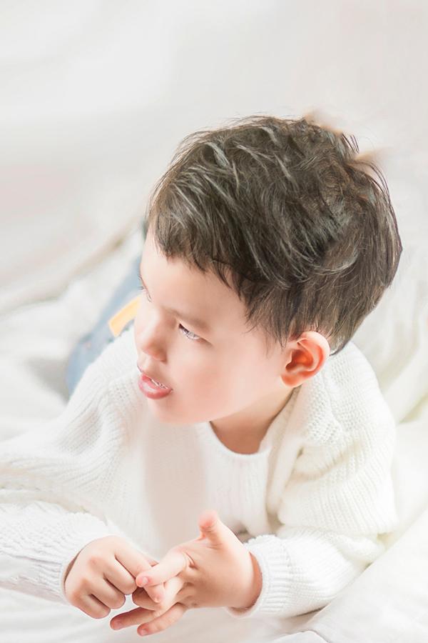 Ngày càng lớn bé Henry ngày càng ra dáng một hot boy nhí thứ thiệt, cậu bé tinh nghịch và quấn quít mẹ trong suốt quá trình chụp ảnh. Thu Thủy cũng tiết lộ thêm cô đang trong quá trình thực hiện một ca khúc mới hát riêng cho con trai cưng của mình và sẽ cho ra mắt vào đúng dịp sinh nhật 3 tuổi của con trai cưng.