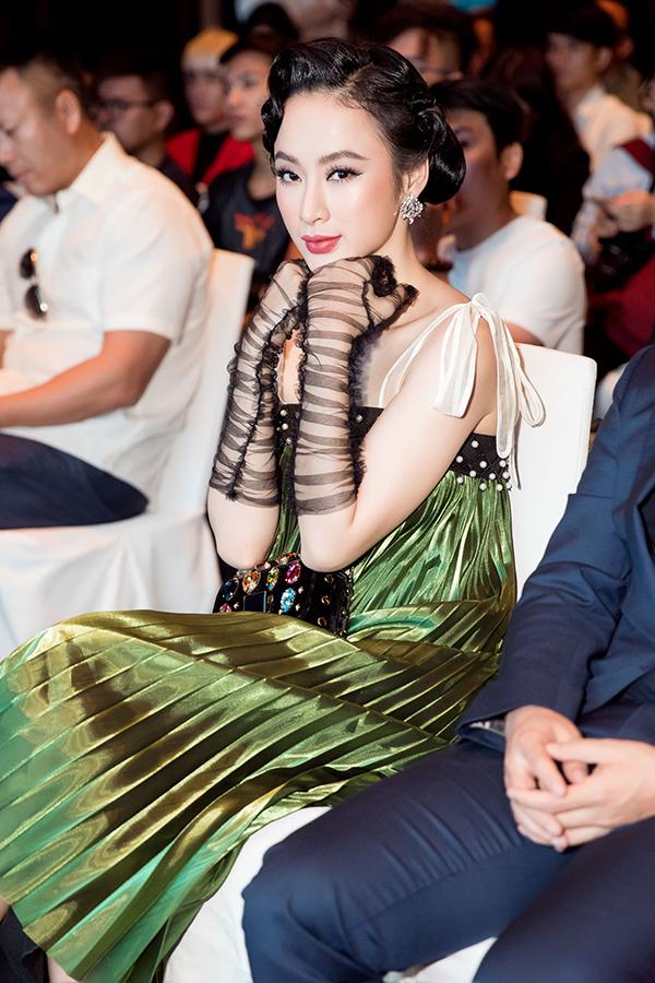 Cách chăm hút về phục trang và tạo hình luôn giúp diễn viên 9x nổi bật và thu hút được sự quan tâm của đông đảo khách mời.