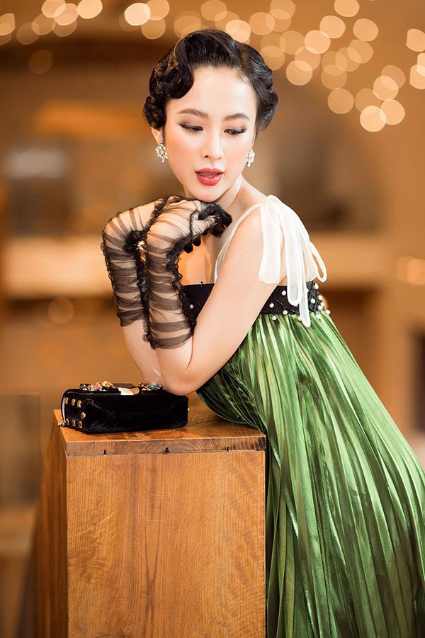 Đây là lần xuất hiện đầu tiênsau Tết nên Angela Phương Trinh đã cùng với stylist Hoàng Ku lựa chọn kỹ lưỡng từ trang phục đến phụ kiện để tạo dấu ấn.