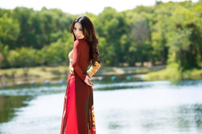 Giữa khung cảnh non nước hữu tình, Khả Trang thể hiện vẻ đẹp dịu dàng khi khoác lên mình những mẫu trang phục truyền thống rực rỡ sắc màu.