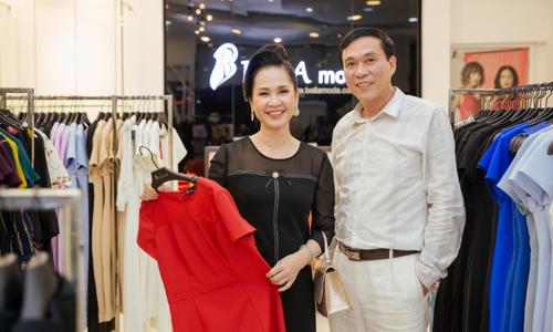 Vợ chồng nghệ sĩ Lan Hương - Đỗ Kỷ sánh đôi tại sự kiện của Bella Moda