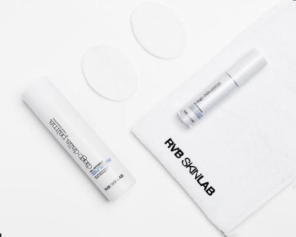 Với cấu trúc từ các phân tử hoạt động bề mặt được sản xuất theo công nghệ mới Mixen, sữa rửa mặtMicellar Cleansing Milk củaDiegoDallaPalmacho phép làm sạch sâu một cách nhẹ nhàng, loại bỏ lớp trang điểm trên cả da mặt và vùng mắt, duy trì độ ẩm...