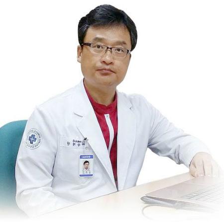 Giáo sư Kang Kyoung Jinnhận định:Với gương mặt của Tuyền, chúng tôi tìm mọi cách để biến một gương mặt vuông ngang, góc hàm cứng, xương trán nhô về phía trước khiến gương mặt cứng và thô kệch, chúng tôi chỉnh lại phần xương, góc hàm, can thiệp phần mô mềm phía trên làm gương mặt ôn nhu hơn. Đối với cằm và mũi, mũi là phần quan trọng và được can thiệp nhiều nhất ở Việt Nam, chúng tôi kéo dài phần mũi của Tuyền ra vì với gương mặt vuông góc cạnh mà có 1 cái mũi thanh tú loại bỏ bớt nét cứng khuôn mặt. Mũi của Tuyền là mũi tái cấu trúc, thay đổi kết cấu bên trong làm tăng độ dài của mũi. Trước kia, chúng ta thường dùng chất liệu để đẩy dài phần đầu mũi, tuy nhiên da của chúng ta có xu hướng đẩy ngược trở lại, và nếu chỉ chất liệu này thôi chất liệu cứng mà da mỏng sẽ gây tấy đỏ, lộ chất liệu, ngược lại da dầy, mà chất liệu yếu sẽ bắt bược nghiêng sang 1 bên. Đây có thể là ca phẫu thuật rất thành công và thừa hưởng nhiều thành tựu thẩm mỹ tại Hàn Quốc tạo ra gương mặt hoàn hảo và giữ nguyên giọng hát trong trẻo.