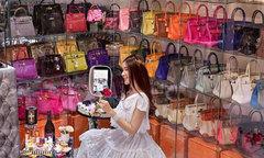 Tủ đồ chứa hơn 200 túi Hermes của nữ đại gia Singapore