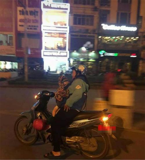 Nữ xe ôm địu em bé đi làm trong đêm muộn