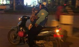 Nữ xe ôm địu con nhỏ đi làm trong đêm muộn
