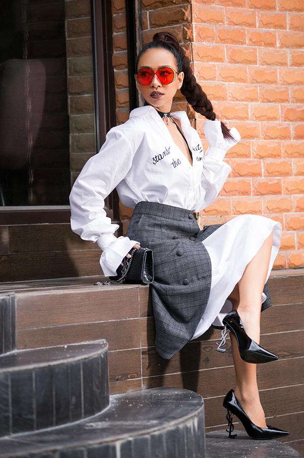 Bà mẹ một con Thảo Trang khiến hình ảnh của mình trở nên trẻ trung hơn với phong cách ảnh hưởng của các fashionista thế giới khi diện áo dáng rộng kết hợp cùng chân váy cài nút.