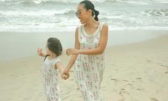 Mẹ con Đoan Trang mặc váy đôi vui đùa ở bãi biển