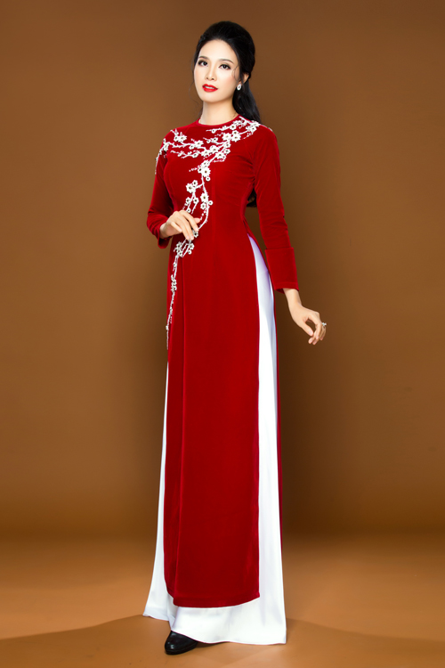 Các bà sui cũng có thể chọn kiểu áo hoa dây leo trải dài từ vai xuống qua eo thành một đường cong mềm mại, tôn dáng.