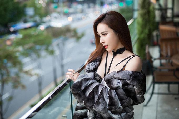 Hoa hậu Hoàng Dung diện cây hàng hiệu tạo dáng trên đường phố Hàn - 2