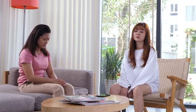 Cả hai tỏ ra chán nản khi bỗng dưng cô con gáitrở thành mẹ và người mẹ tuổi trung niên lại là cô nàng 9x trẻ trung, tràn đầy sức sống.