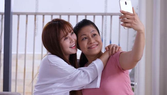 Nhờ sự thấu hiểu và hiếu thảo dành cho mẹ, Thủy Ribi có cơ hội hoán đổi lại linh hồn với mẹ. Cô cũng tự hứa với bản thân sẽ quan tâm, yêu thương và dành nhiều thời gian cho mẹ nhiều hơn. Tình cảm ấm áp từ những người mình yêu thương: đó là ý nghĩa thật sự của món quà mà bất kỳ người phụ nữ nào cũng sẽ mỉm cười khi được trao tặng vào ngày 8/3. Bạn có thể cùng mở khóa bằng nụ cười, kết nối bằng niềm vui với những người phụ nữ thân yêu ngay bên cạnh mình.