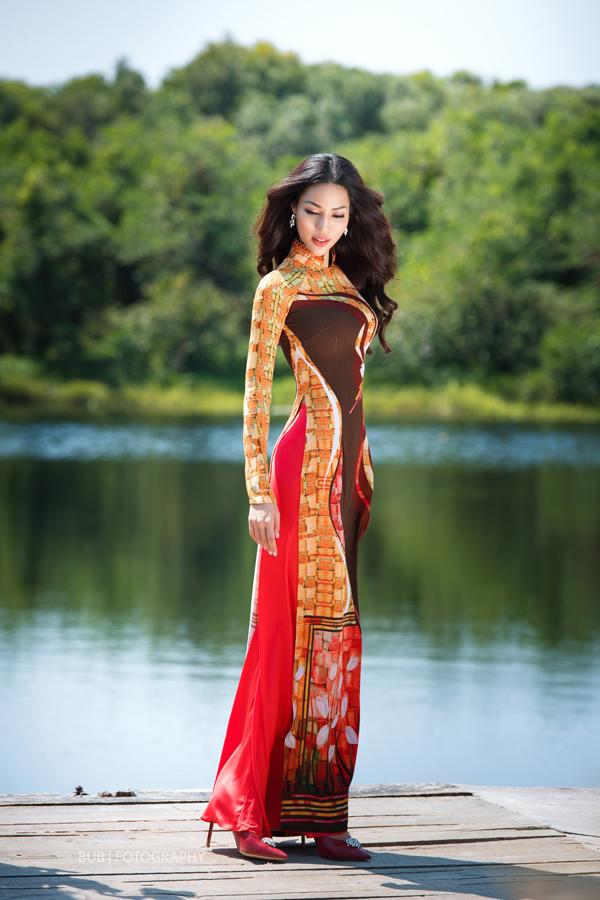 Bộ sưu tập được xây dựng trên phom dáng đặc trưng của các mẫu áo dài cổ điển, nhưng tất cả đều được làm mới bằng những gam màu tươi sáng.