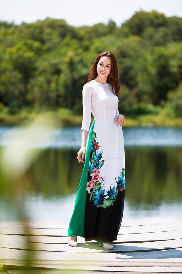 Áo dài với chất liệu mềm mại, họa tiết trang trí bắt mắt, kiểu dáng đơn giản là trang phục thường chiếm được cảm tình của phái đẹp phía Nam trong mùa nắng.