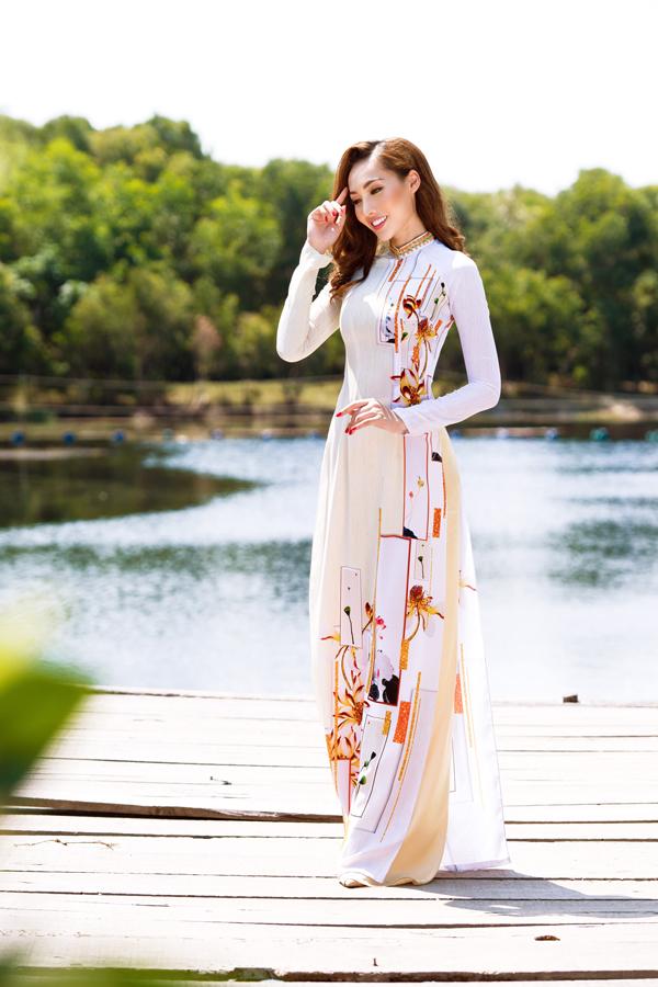 Ngoài dịp lễ Tết cổ truyền, áo dài còn là trang phục được phái đẹp yêu thích trong các ngày lễ quan trọng. Chính vì thế các nhà mốt Việt không ngừng giới thiệu các bộ sưu tập mới để chiều lòng chị em.