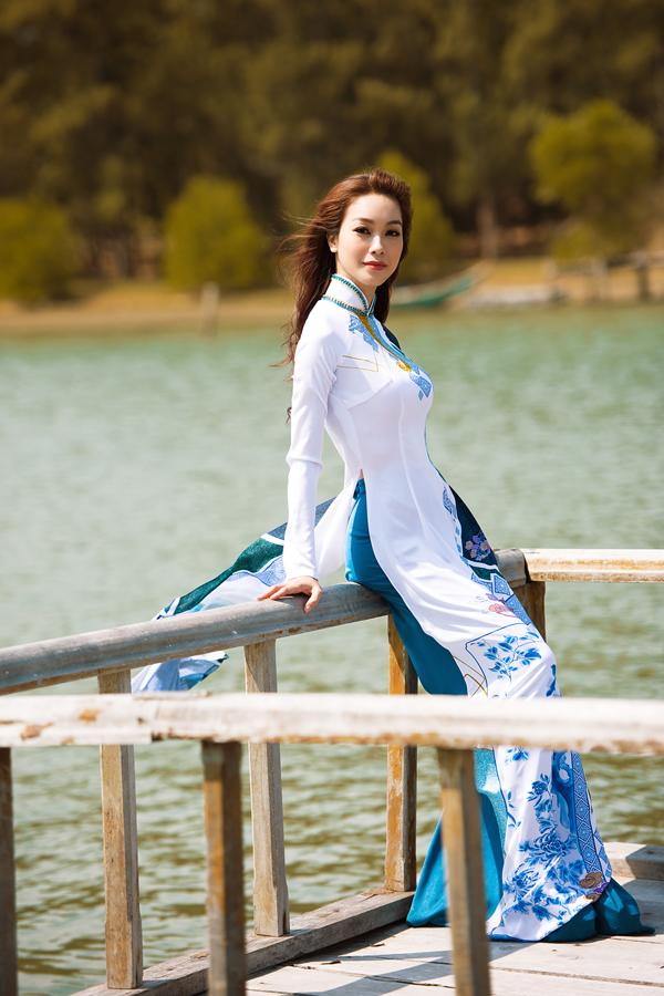Không thực sự thu hút bằng các kiểu áo dài thêu tinh xảo, đính kết công phu nhưng áo dài in vẫn chiếm được cảm tình của bạn gái vì giá cả phải chăng và mang tính tiện dụng cao.