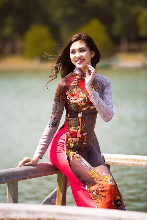 Bộ ảnh được thực hiện nhân dịp ngày Quốc tế Phụ nữ 8/3 với ý nghĩa tôn vinh giá trị của trang phục truyền thống và vẻ đẹp dung dị của người phụ nữ Việt.