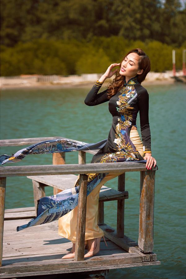 Vải in rực rỡ sắc màu được sử dụng làm nguyên liệu chính để xây dựng nên các mẫu áo tôn đường cong nhưng vẫn giữ được sự nền nã cho người mặc.