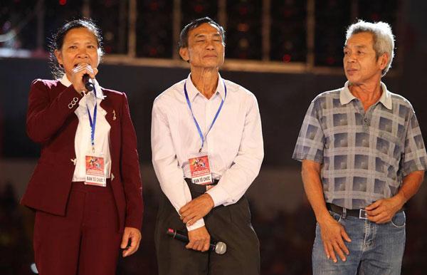 ông Bảy cùng bà Phan Thị Hà - mẹ Xuân Mạnh và ông Nguyễn Tấn Phong - bố Hồng Duy, là ba vị khách mời lên phát biểu.