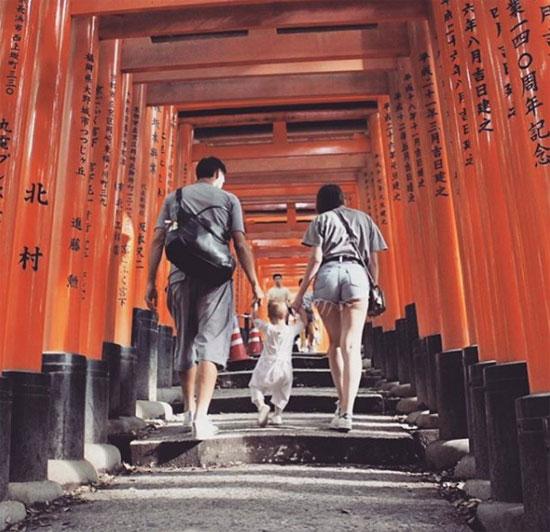 Davide Astori cùng bạn gái đưa bé Vittoria tới Nhật mùa hè năm ngoái.