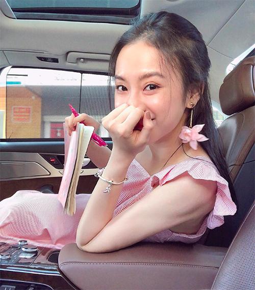 Angela Phương Trinh để mặt mộc, giản dị nhưng vẫn xứng đáng với danh hiệu mỹ nhân.