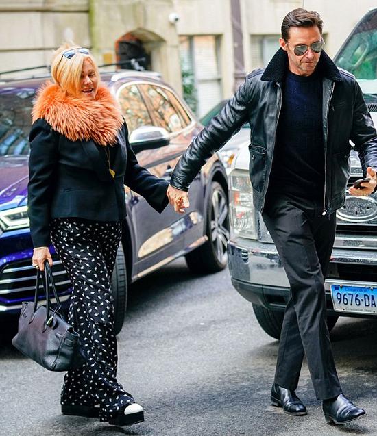 Vợ chồng nam diễn viên Australia không rời tay nhau khi đi mua sắm ở New York.