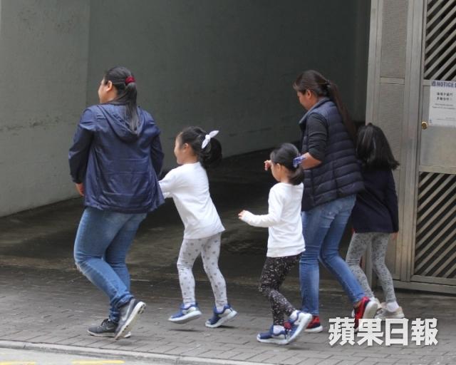 Ba con gái của Lê Tư ra về sau khi mẹ giục giã.