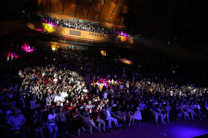 Khán phòng Trung tâm Hội nghị Quốc gia Hà Nội chật kín chỗ ngồi trong đêm nhạc của Thomas Andres vào tối qua.