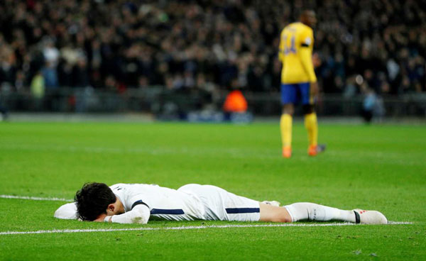 Son Heung-min nằm dài trên sân, úp mặt khóc tức tưởi vì trận thua đáng đáng. Tại lượt đi, Spurs xuất sắccầm hòa chủ nhà Juve 2-2. Trong trận lượt về, chàng cầu thủ xứ Hàn khiến các fan đội bóng thành London phấn khích khi ghi bàn mở tỷ số trong hiệp một.