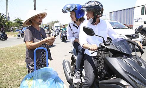 Quang Đăng, Thái Trinh chở nhau bằng xe máy đi tặng quà 8/3 cho phụ nữ nghèo