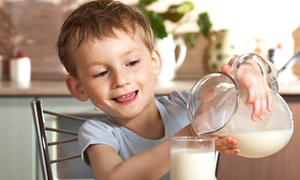 Trẻ uống sữa bao nhiêu là đủ?