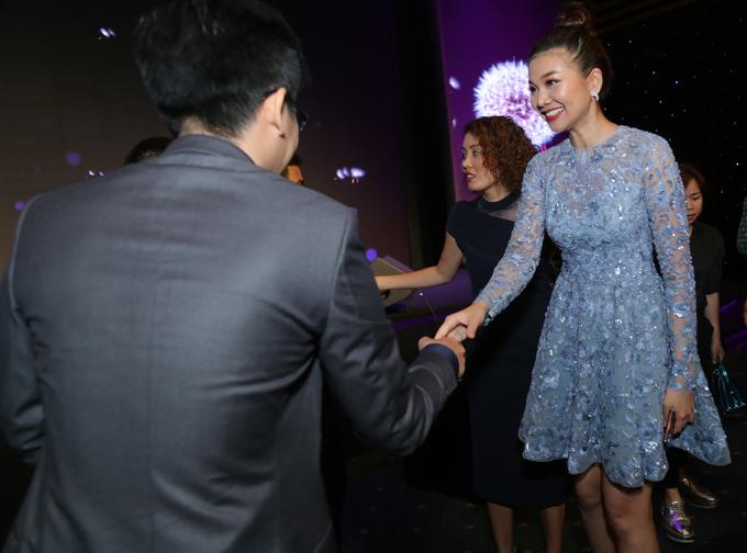 Siêu mẫu vui vẻ chào hỏi các khách mời có mặt trong sự kiện.