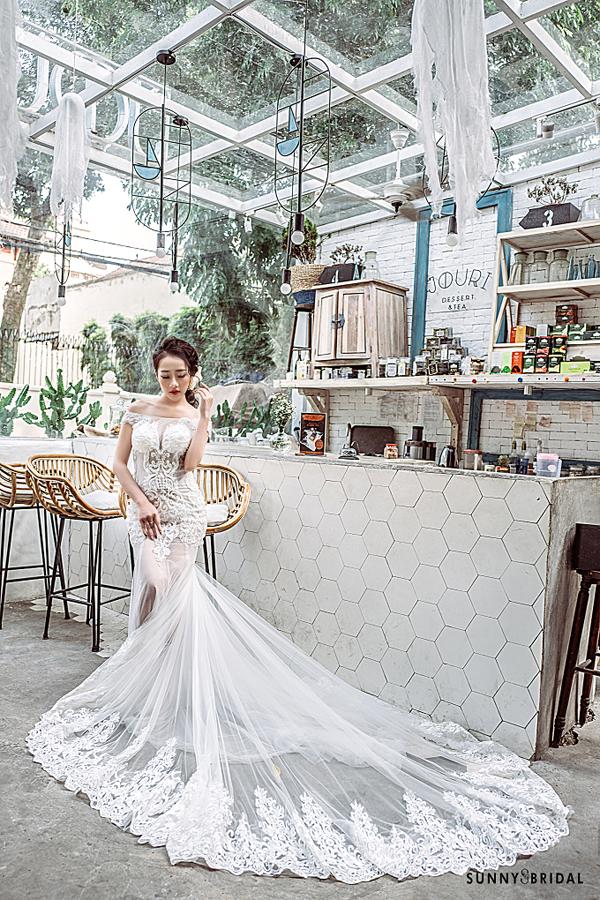 Váy đuôi cá: kiểu váy này là sự lựa chọn thú vị cho những cô dâu có dáng người đẹp, ưa thích sự quyến rũ. Thiết kế cách tân, đơn giản, đường may khéo léo của váy đuôi cá sẽ giúp bạn khoe khéo đường cong.