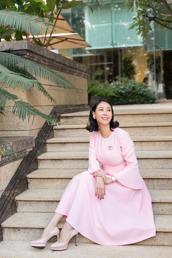 Hoa hậu Việt Nam 1992 Hà Kiều Anh ngoài 40 tuổi, đã có 3 con nhưng còn rất trẻ trung, xinh đẹp. Bộ váy gam hồng, phom dáng cổ điển, tay loe nhẹ kết hợp phụ kiện đơn giản tôn nét yêu kiều cho Hà Kiều Anh.