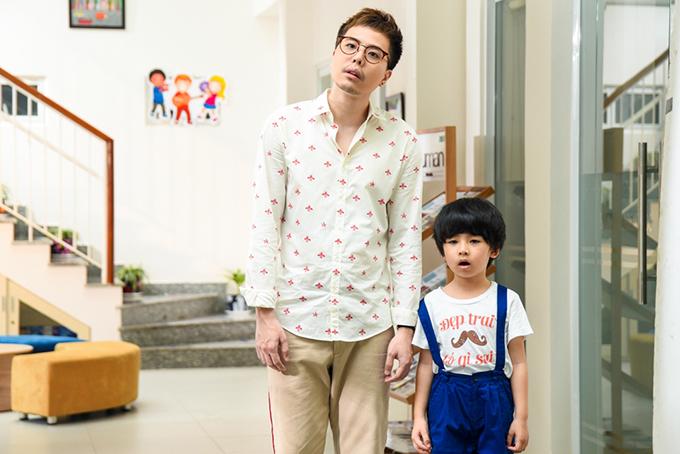 Ông Ngoại Tuổi 30 là câu chuyện xoay quanh anh chàng phát thanh viên điển trai nổi tiếng Sơn Huy (Trịnh Thăng Bình). Ở tuổi hơn 30, Sơn Huy có một cuộc sống đáng mơ ước với sự nghiệp ổn định, nhà cửa sang trọng, có người yêu xinh đẹp và nóng bỏng. Cho đến một ngày, cuộc sống mỹ mãn đó bị xáo trộn khi một cô gái trẻ (Kiều Trinh) đem theo cậu con trai nhỏ (Coca Gia Bảo) đến nhận anh là cha&