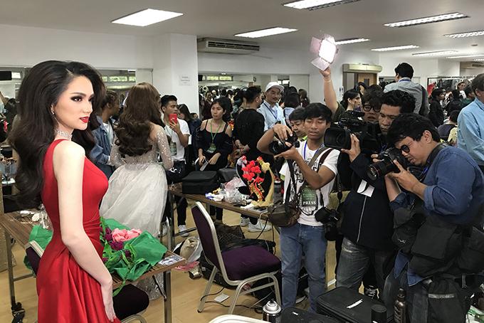 Giới truyền thông Thái Lan rất quan tâm đến cuộc thi nhan sắc này. 22h tối nay, 9/3, kênh truyền hình G-MM25 của Thái và fanpage Miss International Queen Pageant sẽ truyền hình trực tiếp chương trình.
