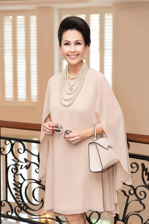 Nữ hoàng ảnh lịch một thời Diễm My sành điệu với trang phục, phụ kiện ton-sur-ton. Nữ diễn viên trung thành với phong cách cổ điển, quý phái.