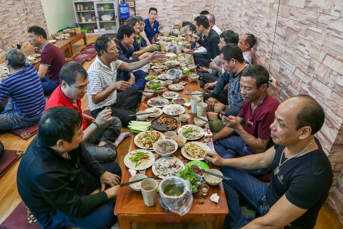 Nhà hàng có 2 cơ sở ở Hà Nội với không gian cực kì rộng rãi rất phù hợp để làm nơi tổ chức những buổi liên hoan, tụ tập. Còn gì vui hơn khi được cùng gia đình, bạn bè ngồi quây quần bên nhau thưởng thức những món ăn ngon, nhâm nhi những ly rượu cay nồng, ôn lại những kỉ niệm đẹp trong cuộc sống.