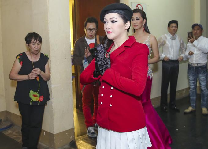 Nữ ca sĩ thành tâm khấn vái trước bàn thờ Tổ nghiệp trước khi chương trình diễn ra.
