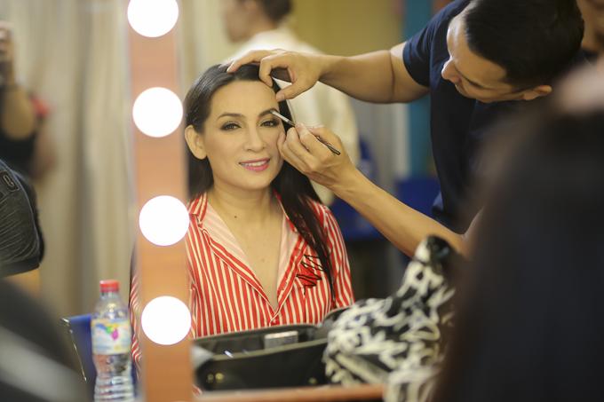 Ca sĩ Phi Nhung là một trong những khách mời đặc biệt của chương trình. Cô gác lại nhiều show diễn ở Việt Nam cũng như hải ngoại để tham gia liveshow Như Quỳnh tối 8/3.