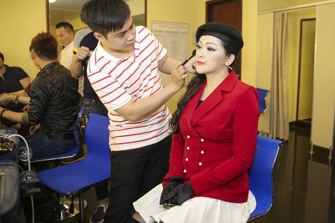 Như Quỳnh có mặt tại nhà hát Hòa Bìnhtừ trưa để rà soát mọi khâu, từ đạo cụ đến trang phục cho show diễn.Dù mất ăn mất ngủ nhiều ngày trước khi chương trình diễn ra nhưng nữ ca sĩ vẫn giữ được thần thái tươi tắn.