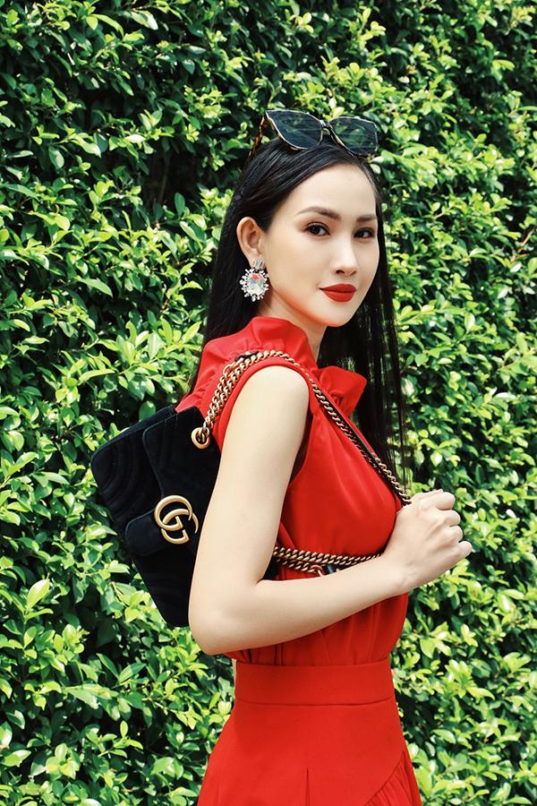 Phối hợp cùng mẫu váy bèo nhún kiểu dáng thanh lịch là phụ kiện túi xách Gucci, kính mát to bản và hoa tai pha lê kiểu dáng sang trọng.
