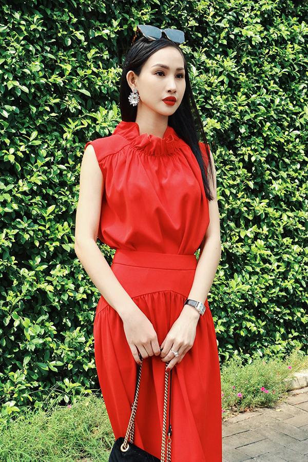 Với những bạn gái có làn da trắng ngần thì tông đỏ luôn giúp họ tôn ưu điểm. Đi đôi với sắc màu nổi bật, trang phục còn được chăm chút kỹ lưỡng ở từng đường nhún vải, xiết eo để mang đến mẫu trang phục giúp phái đẹp tôn vóc dáng.