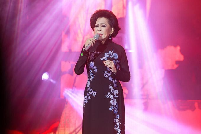 Mặc dù tuổi đã cao nhưng Giao Linh vẫn giữ được phong độ ổn định khi hát Ai cho tôi tình yêu, Xin gọi nhau là cố nhân.